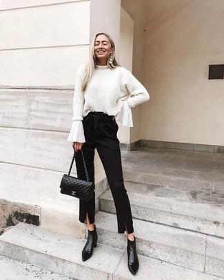 Как и с чем носить: белый вязаный свитер, белая блузка с длинным рукавом с рюшами, черные брюки-галифе, черные кожаные ботильоны