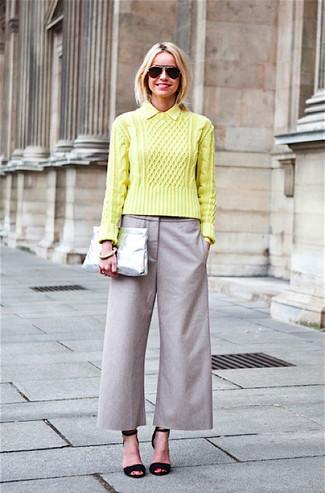 Как и с чем носить: зелено-желтый вязаный свитер, серые брюки-кюлоты, черные замшевые босоножки на каблуке, серебряный кожаный клатч