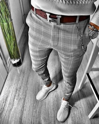 Как и с чем носить: серый вязаный свитер, серые брюки чинос в шотландскую клетку, серые кроссовки, темно-красный кожаный ремень