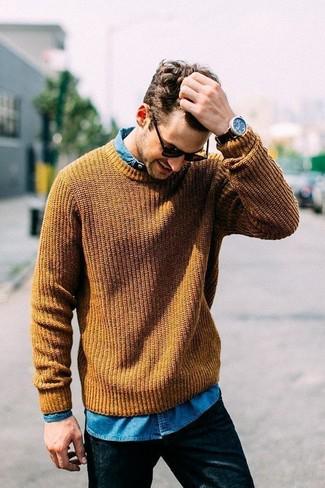 Как и с чем носить: горчичный вязаный свитер, синяя джинсовая рубашка, черные джинсы, черные солнцезащитные очки