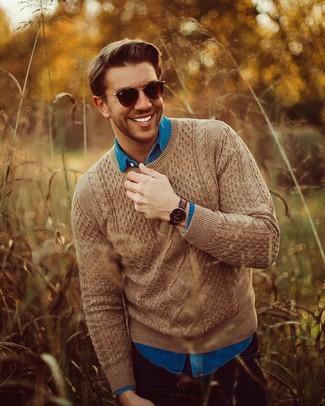 Как и с чем носить: коричневый вязаный свитер, синяя джинсовая рубашка, черные джинсы, темно-коричневые солнцезащитные очки
