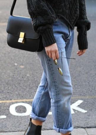 Как и с чем носить: черный вязаный свитер, голубые джинсы-бойфренды, черные кожаные ботинки челси, черная кожаная сумка через плечо