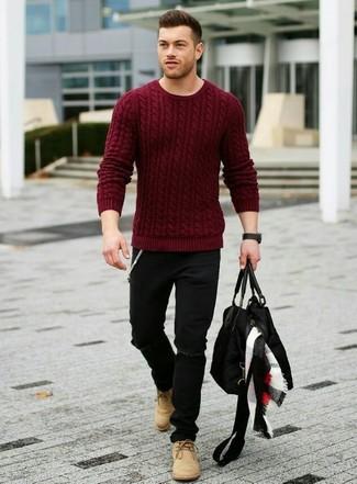 Если ты делаешь ставку на комфорт и функциональность, темно-красный вязаный свитер и черные рваные джинсы — превосходный выбор для модного мужского образа на каждый день. Думаешь добавить в этот ансамбль толику эффектности? Тогда в качестве обуви к этому ансамблю, выбери светло-коричневые замшевые ботинки дезерты.