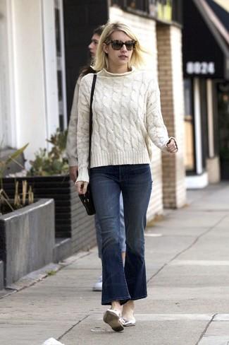 Как и с чем носить: белый вязаный свитер, темно-синие джинсы-клеш, серебряные кожаные балетки, черная кожаная сумка через плечо