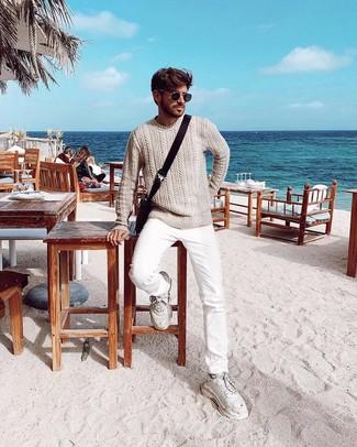 Как и с чем носить: бежевый вязаный свитер, белые джинсы, белые кроссовки, темно-коричневая сумка почтальона из плотной ткани
