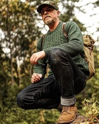 Как одеваться мужчине за 50: Удобное сочетание темно-зеленого вязаного свитера и черных джинсов поможет выразить твою индивидуальность и выигрышно выделиться из общей массы. Не прочь привнести сюда нотку нарядности? Тогда в качестве дополнения к этому луку, обрати внимание на коричневые замшевые повседневные ботинки.