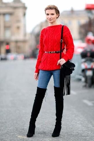 Модный лук: Красный вязаный свитер, Синие джинсы скинни, Черные замшевые ботфорты, Черная замшевая сумка через плечо c бахромой