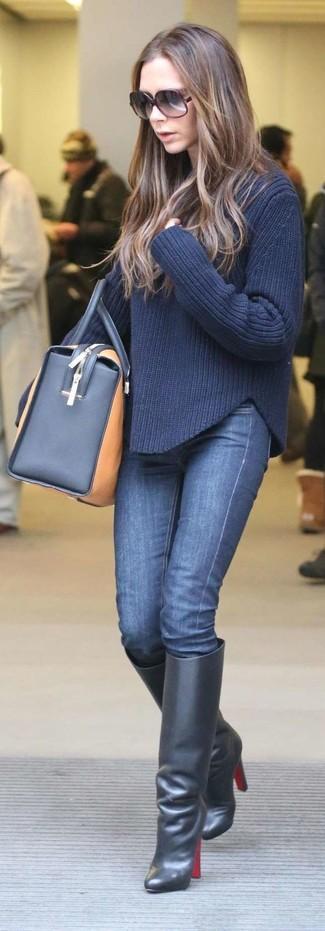 Как и с чем носить: темно-синий вязаный свитер, темно-синие джинсы скинни, черные кожаные сапоги, светло-коричневая кожаная спортивная сумка