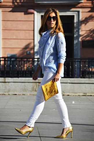 Как и с чем носить: голубой вязаный свитер, белые джинсы скинни, золотые кожаные туфли, золотой кожаный клатч