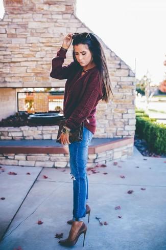 Как и с чем носить: темно-красный вязаный свитер, синие рваные джинсы, темно-коричневые кожаные туфли, темно-коричневый кожаный клатч с принтом