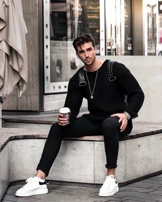 Как и с чем носить: черный вязаный свитер, черные зауженные джинсы, белые кожаные низкие кеды, черный кожаный рюкзак