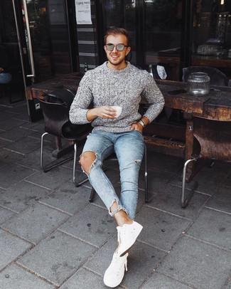 Как и с чем носить: серый вязаный свитер, голубые рваные зауженные джинсы, белые низкие кеды, серые солнцезащитные очки