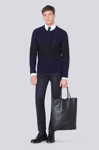 Как и с чем носить: темно-синий вязаный свитер, белая классическая рубашка, черные классические брюки, черные кожаные повседневные ботинки