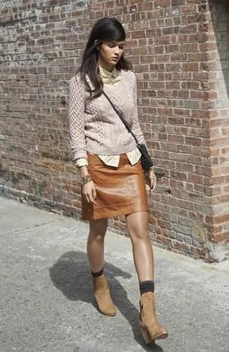Как и с чем носить: бежевый вязаный свитер, желтая классическая рубашка в горошек, коричневая кожаная мини-юбка, светло-коричневые замшевые ботильоны