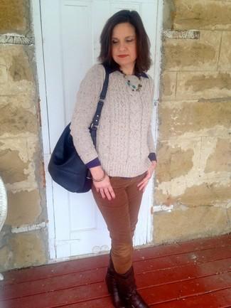 Как и с чем носить: бежевый вязаный свитер, темно-синяя классическая рубашка, коричневые вельветовые узкие брюки, темно-красные кожаные полусапоги