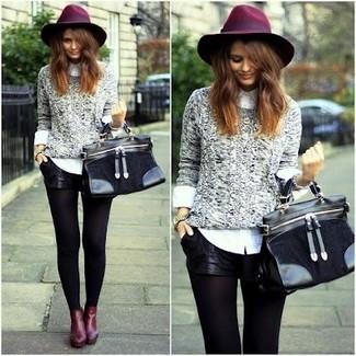 Как и с чем носить: серый вязаный свитер, белая классическая рубашка, черные кожаные шорты, темно-красные кожаные ботильоны