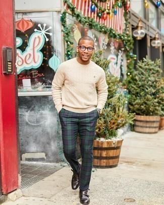 С чем носить темно-коричневые кожаные монки с двумя ремешками: Бежевый вязаный свитер в паре с темно-сине-зелеными классическими брюками в шотландскую клетку — воплощение вольного офисного стиля для джентльменов. Закончив лук темно-коричневыми кожаными монками с двумя ремешками, можно получить поразительный результат.