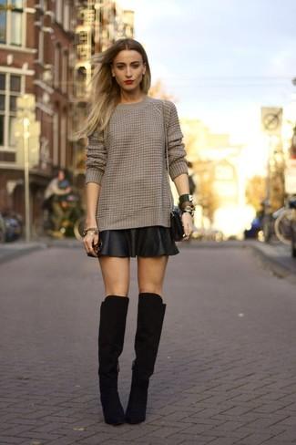 Модный лук: Коричневый вязаный свитер, Черная кожаная короткая юбка-солнце, Черные замшевые ботфорты, Черная кожаная сумка через плечо