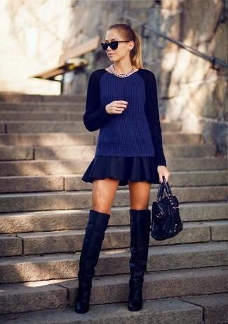 Модный лук: Темно-синий вязаный свитер, Темно-синяя короткая юбка-солнце, Темно-синие замшевые ботфорты, Черная кожаная большая сумка