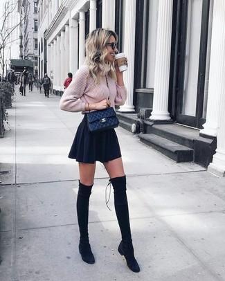 Как и с чем носить: розовый вязаный вязаный свитер, черная короткая юбка-солнце, черные замшевые ботфорты, черная кожаная стеганая сумка через плечо