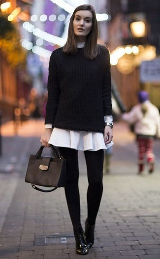 Как и с чем носить: черный вязаный свитер, белое платье-рубашка, черные кожаные ботильоны, черная кожаная сумка-саквояж