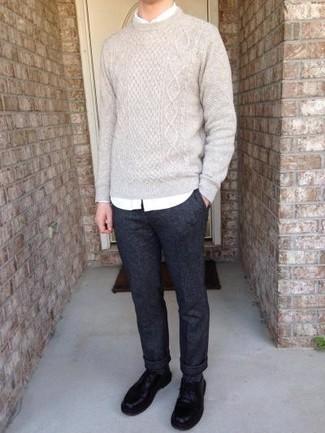С чем носить черные кожаные туфли дерби: Знакомые по достоинству оценят твое чувство стиля, если увидят тебя в бежевом вязаном свитере и темно-синих брюках чинос. В сочетании с черными кожаными туфлями дерби такой лук смотрится особенно выгодно.