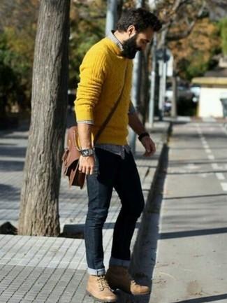 Как и с чем носить: желтый вязаный свитер, темно-сине-белая рубашка с длинным рукавом в мелкую клетку, черные джинсы, светло-коричневые кожаные рабочие ботинки