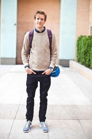 Модные мужские луки 2020 фото: Несмотря на то, что это достаточно легкий лук, образ из бежевого вязаного свитера и темно-синих джинсов неизменно нравится стильным мужчинам, а также покоряет сердца прекрасных дам. Чтобы лук не казался слишком строгим, подумай о контрастных деталях: синих кроссовках.