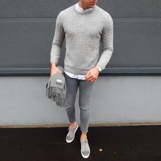 Как и с чем носить: серый вязаный свитер, белая рубашка с длинным рукавом, серые рваные зауженные джинсы, серые замшевые низкие кеды
