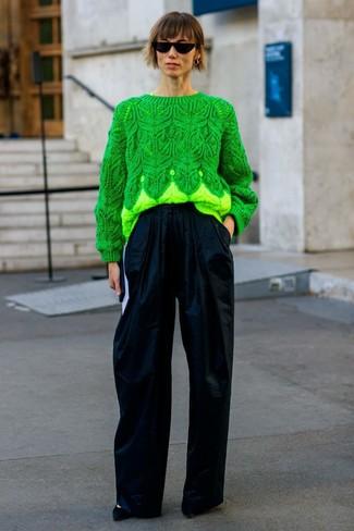 Как и с чем носить: зеленый вязаный свитер, темно-синие широкие брюки, черные замшевые туфли, черные солнцезащитные очки