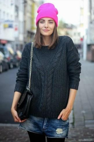 Как и с чем носить: черный вязаный свитер, темно-синие джинсовые рваные шорты, черная кожаная сумка-саквояж, ярко-розовая шапка