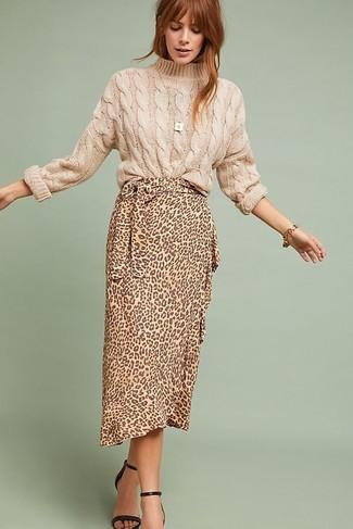 Как и с чем носить: бежевый вязаный свитер, светло-коричневая юбка-миди с леопардовым принтом, черные кожаные босоножки на каблуке, золотой браслет