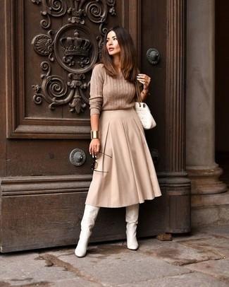 Как и с чем носить: светло-коричневый вязаный свитер, бежевая юбка-миди со складками, белые кожаные сапоги, белая кожаная стеганая сумка-саквояж