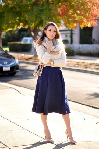 Как и с чем носить: бежевый вязаный свитер, темно-синяя юбка-миди со складками, светло-коричневые кожаные туфли, коричневая кожаная сумка через плечо со змеиным рисунком