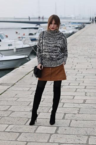 Модный лук: Черно-белый вязаный свитер, Табачная замшевая юбка на пуговицах, Черные замшевые ботфорты, Черная замшевая сумка через плечо