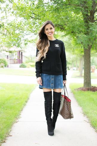 Как и с чем носить: черный вязаный свитер, синяя джинсовая юбка на пуговицах, черные замшевые ботфорты, коричневая кожаная большая сумка в клетку
