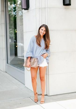 Модный лук: Голубая блузка с длинным рукавом в вертикальную полоску, Белые джинсовые шорты, Светло-коричневые кожаные босоножки на каблуке, Бежевая кожаная стеганая сумка-саквояж