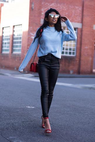Как и с чем носить: голубая водолазка, черные кожаные узкие брюки, красные кожаные босоножки на каблуке, красная кожаная сумка через плечо