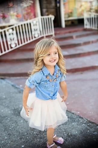 Как и с чем носить: голубая джинсовая классическая рубашка, белая юбка из фатина, розовые балетки
