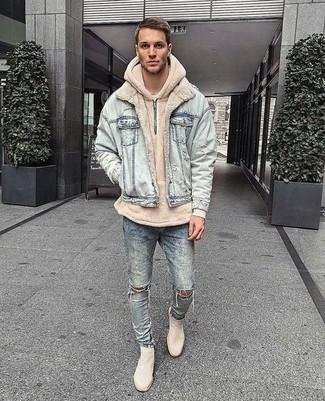 Как и с чем носить: голубая джинсовая куртка, бежевый худи, голубые рваные зауженные джинсы, бежевые замшевые ботинки челси