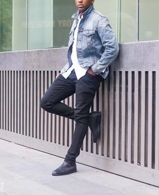 Мужские луки: Если ты любишь одеваться стильно, и при этом чувствовать себя комфортно и расслабленно, тебе стоит опробировать это сочетание голубой джинсовой куртки и черных зауженных джинсов. Не прочь сделать образ немного элегантнее? Тогда в качестве обуви к этому образу, выбери черные кожаные ботинки челси.