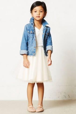 Как и с чем носить: голубая джинсовая куртка, белая футболка, бежевая юбка из фатина, бежевые балетки