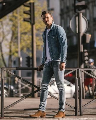 Как и с чем носить: голубая джинсовая куртка, белая футболка с круглым вырезом, голубые рваные зауженные джинсы, коричневые замшевые ботинки челси