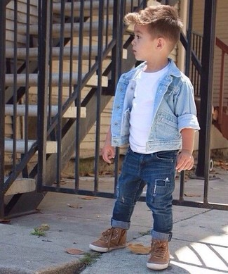 Как и с чем носить: голубая джинсовая куртка, белая футболка, темно-синие джинсы, коричневые кеды