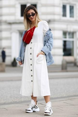 Как и с чем носить: голубая джинсовая куртка, белое платье-рубашка, бело-черные кроссовки, красная замшевая поясная сумка