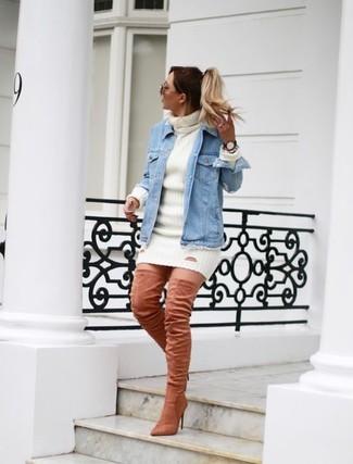Женские луки: Голубая джинсовая куртка и белое платье-свитер — must have вещи в арсенале стильной девушки. Хочешь привнести в этот наряд немного элегантности? Тогда в качестве обуви к этому образу, выбирай розовые замшевые ботфорты.