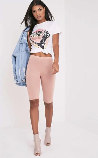 Как и с чем носить: голубая рваная джинсовая куртка, бело-ярко-розовая футболка с круглым вырезом с принтом, розовые велосипедки, бежевые кожаные ботильоны с вырезом