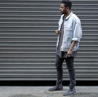 Как и с чем носить: голубая джинсовая куртка, коричневая футболка с круглым вырезом, черные рваные зауженные джинсы, черные замшевые ботинки челси