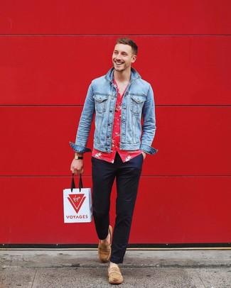 Как и с чем носить: голубая джинсовая куртка, красная рубашка с коротким рукавом с цветочным принтом, темно-синие брюки чинос, светло-коричневые замшевые лоферы