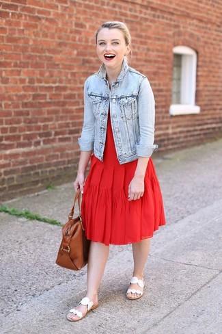 Как и с чем носить: голубая джинсовая куртка, красное платье-миди со складками, белые кожаные сандалии на плоской подошве, коричневая кожаная большая сумка